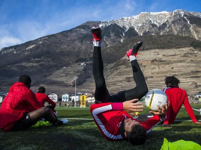 Sion-Spieler mit dem Ball im Training.