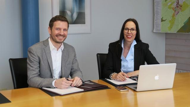 Ein Mann und eine Frau in Businesskleidung.