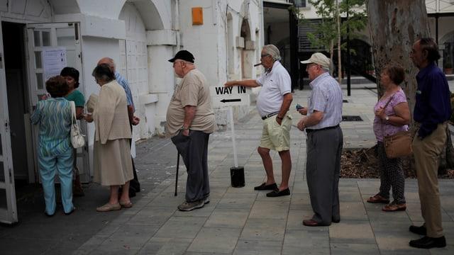 Schlange vor einem Wahllokal in Gibraltar.