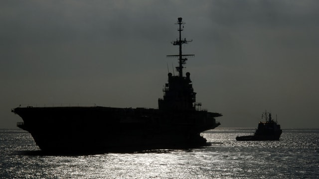 In portaviuns banduna la basa militara da la marina a Tuolon en Frantscha.