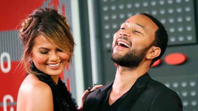 Links das Model Chrissy Teigen zusammen mit ihrem Mann, dem Musiker John Legend.