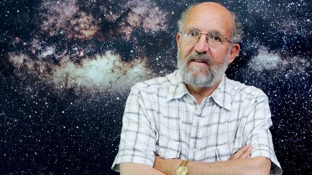 Porträtfoto von Michel Mayor vor einem Bild mit Sternen.