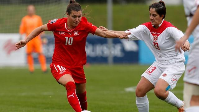 Ramona Bachmann (links) im WM-Qualifikationsspiel am 05.04.2014 gegen Malta im Hertistadion in Zug.