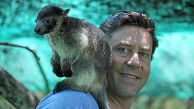 Sven Furrer mit einem Baumkänguru
