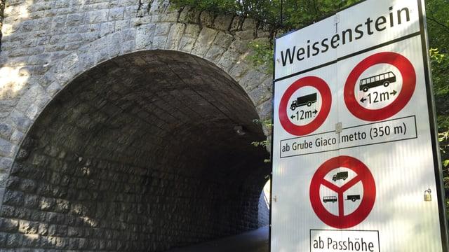 """Verkehrsschild mit dem Titel """"Weissenstein"""" und etlichen Verboten darunter"""