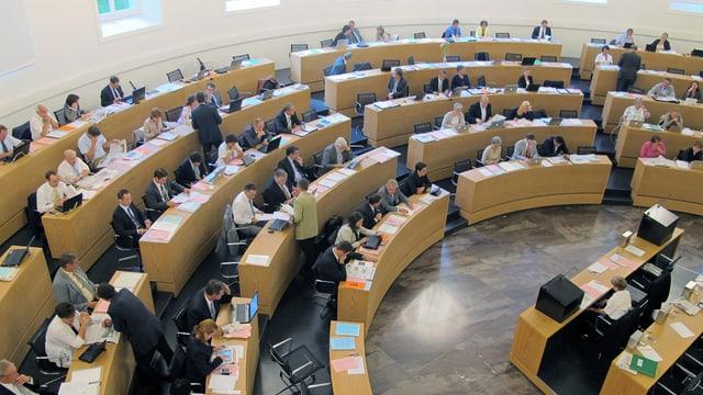 Blick von der Pressetribüne auf die Reihen mit den Politikern im Grossen Rat.