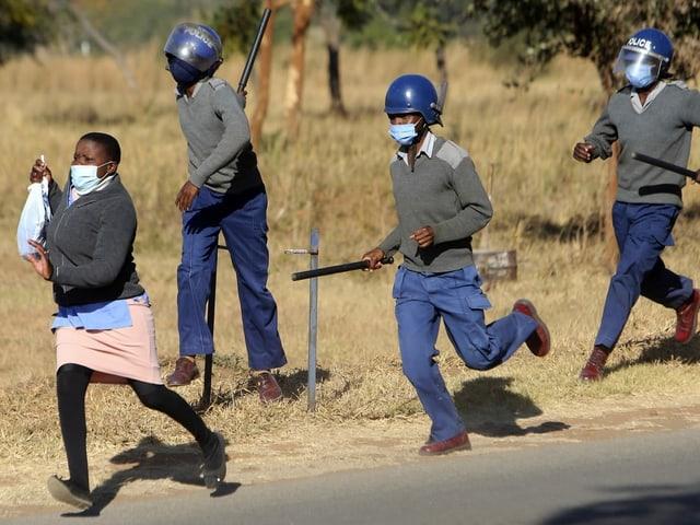 Krankenschwester flüchtet vor Polizisten mit Schlagstöcken