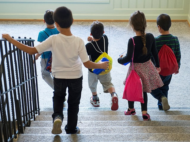 Kinder gehen eine Treppe hinunter