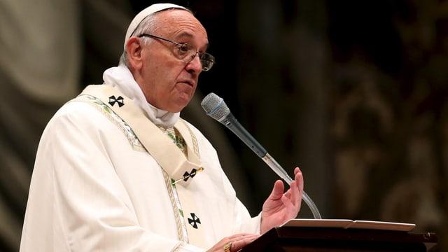 Papst redet an einem Pult