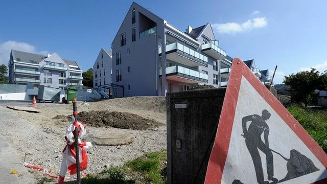 Beinahe fertiggestellte Mehrfamilienhäuser