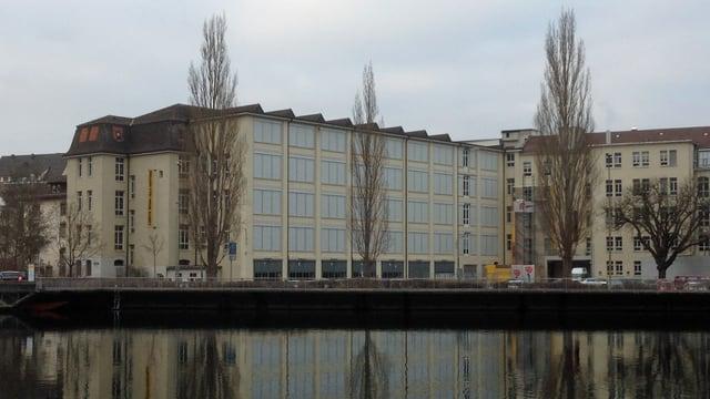 Die Hallen für Neue Kunst spiegeln sich im Rhein