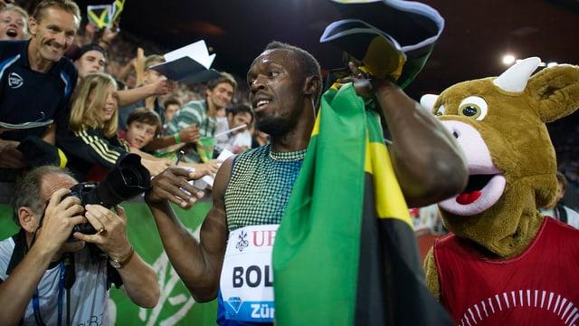 Usain Bolt feiert seinen Sieg im Letzigrund.