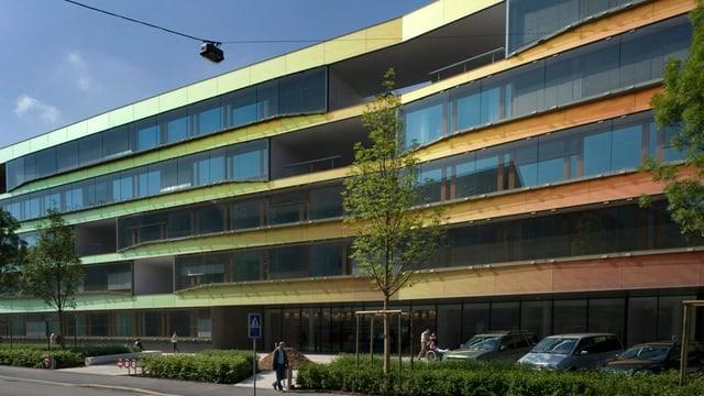 Frontfassade UKBB mit seiner farbigen Fassade