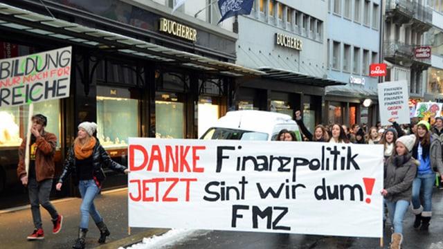 Protestierende Schülerinnen und Schüler am Grendel in Luzern.