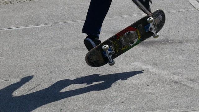Ein Skater macht einen Trick