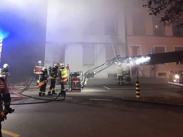 Feuerwehr bei nächtlichem Brandeinsatz.