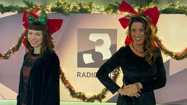 Rika Brune und Rahel Giger vor weihnachtlichem Hintergrund.