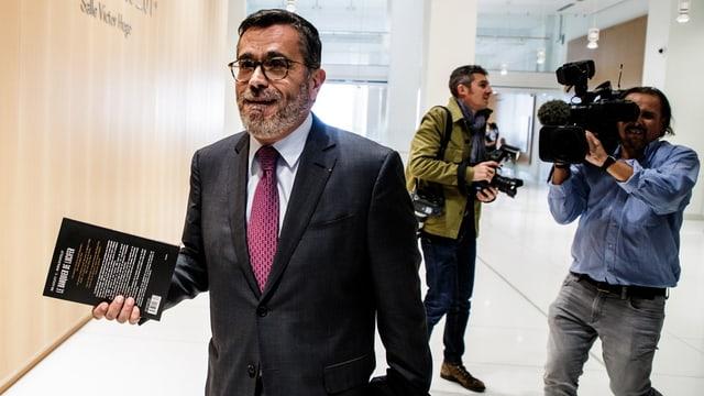 UBS-Vertediger Denis Chemla mit einem Buch in der Hand im Justizbeäude