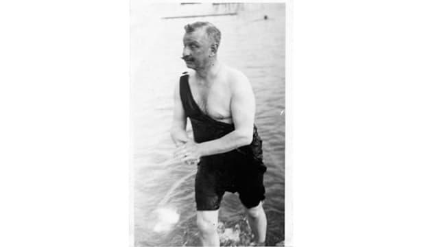 Mann steigt in Badekleidung aus dem Wasser