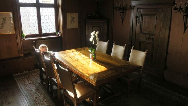 Ein Tisch aus Holz in einem Zimmer mit Holzwänden.