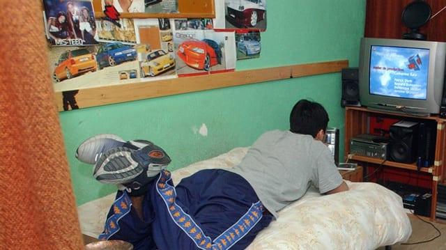 Ein Jugendlicher Strafgefangener in seiner Zelle.