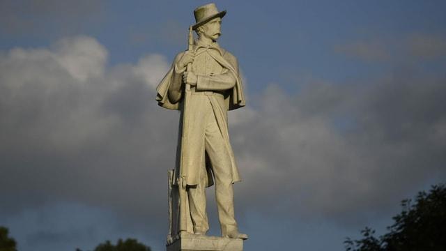 Statue mit einem Soldaten mit Gewehr.