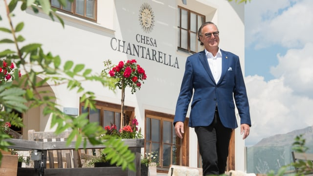 Reto Mathis davant la Chesa Chantarella