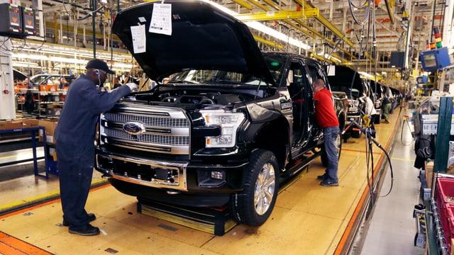 Arbeiter bauen Auto zusammen
