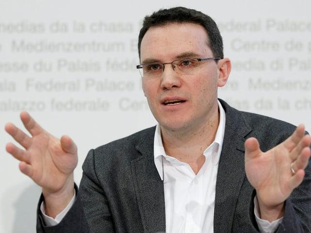 Lutz spricht auf dem Podium des Bundeshaus-Medienzentrums.