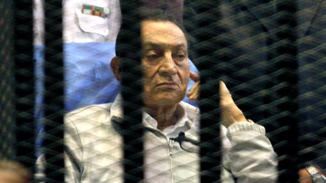 Hosni Mubarak hinter Gitterstäben.