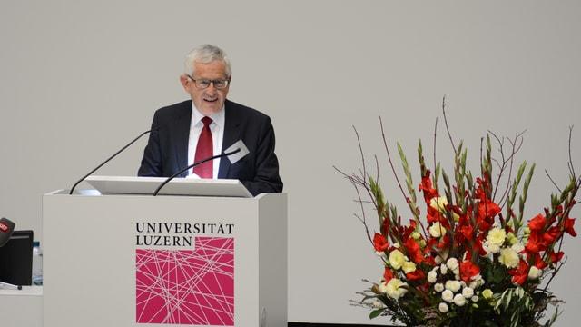 Kaspar Villiger am Uni-Rednerpult