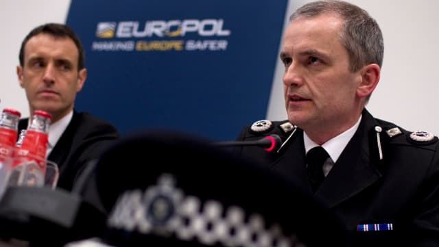Dus umens avant il logo da Europol