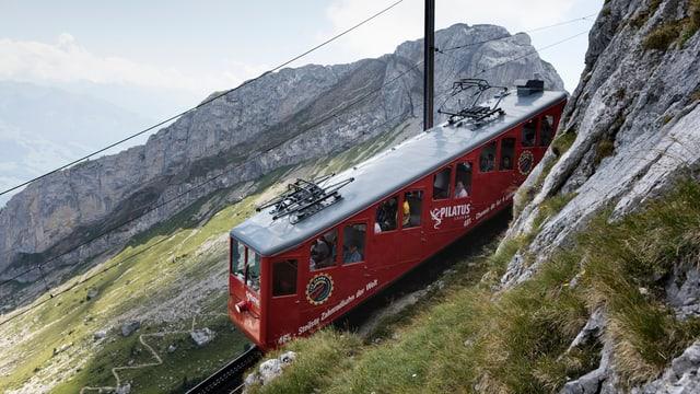 Pilatus-Bahn fährt den Berg hinauf.