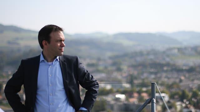 Ostermundiger Gemeindepräsident Thomas Iten blickt von Hochhaus auf Stadt Bern.