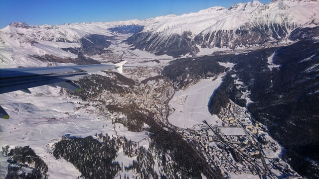 Blick aus dem Flugzeug auf das winterliche St. Moritz