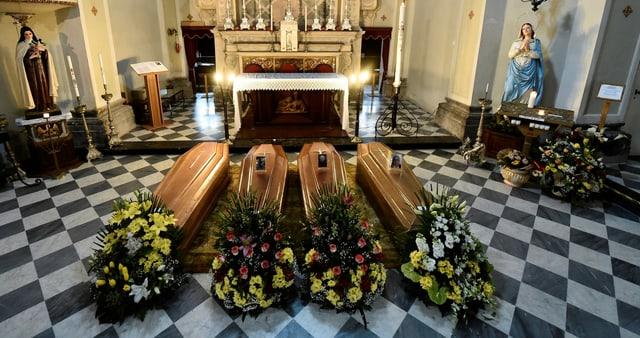 Särge sind in einer Kirche in der Nähe von Bergamo aufgereiht