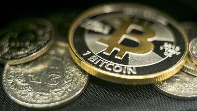 Franken und Bitcoins in einem Portmonai.