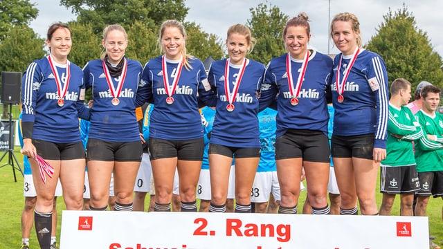 Die sches Spielerinnen des STV Oberentfelden-Amsteg posieren mit ihren Siber-Medaillen nach der Übergabe