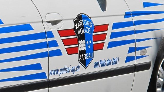Autotür eines Einsatzfahrzeuges der Kantonspolizei Aargau mit dem Logo.