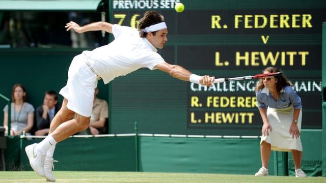 Roger Federer in Aktion. Im Hintergrund: Lleyton Hewitt.