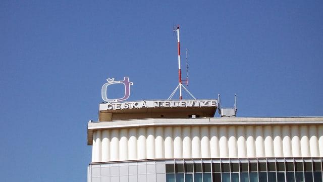 """Dach eines Gebäudes mit der Aufschrift """"Česká televize"""""""