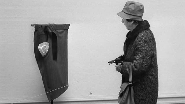 """Eine Besucherin der Kunsthalle Bern am 20. Maerz 1969 vor einem Kunstwerk in der Ausstellung """"Wenn Attitueden Formen werden""""."""
