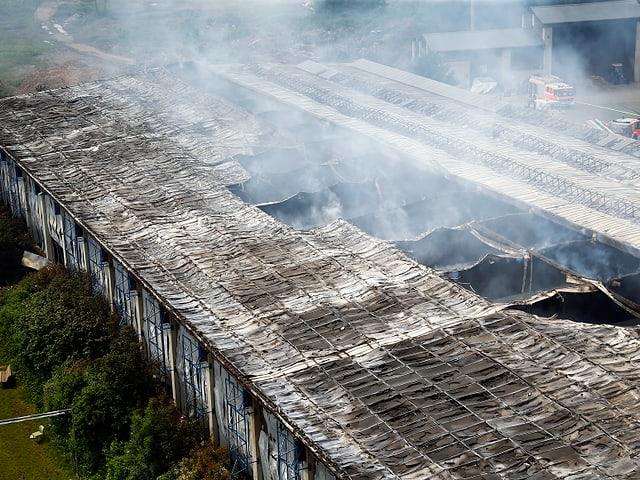 Blick auf die Flüchtlingsunterkunft nach dem Brand.
