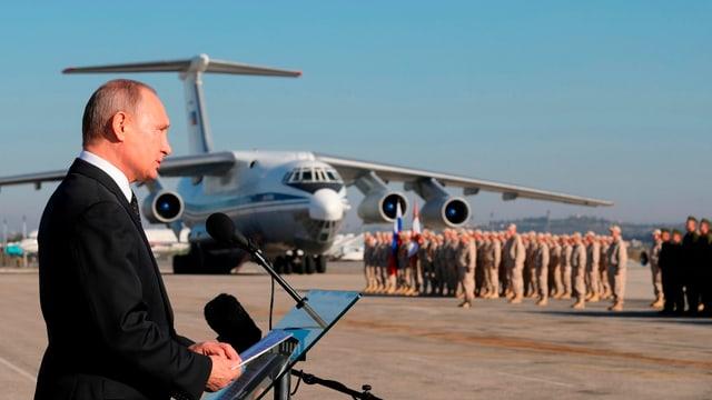 President Vladimir Putin tar ina visita da truppas en Siria il december 2017.