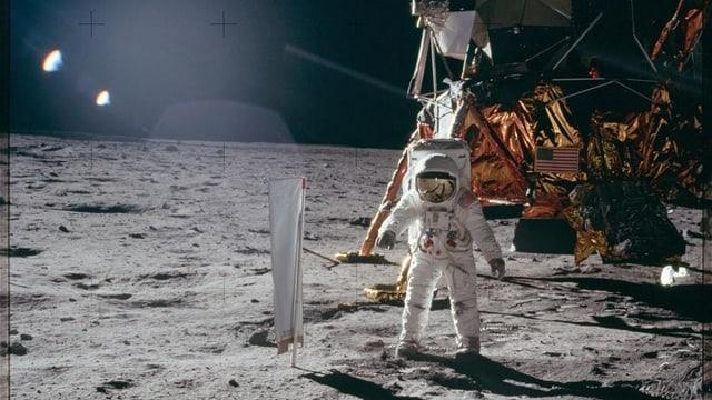 Neil Armstrong landet auf dem Mond und stellt das Sonnensegel der Universität Bern auf.