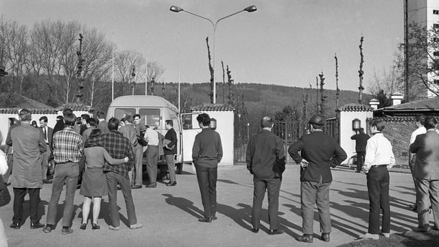 Mehrere Personen warten vor dem Eingang, das Bild wurde aufgenommen am 8. April 1969 (schwarz-weiss-Bild)