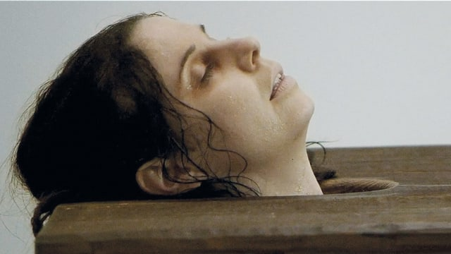 Sabina Specker als Katharina Walser in einem Deckelbad.