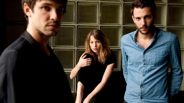 Anna Rossinelli und ihre beiden Mitmusiker.