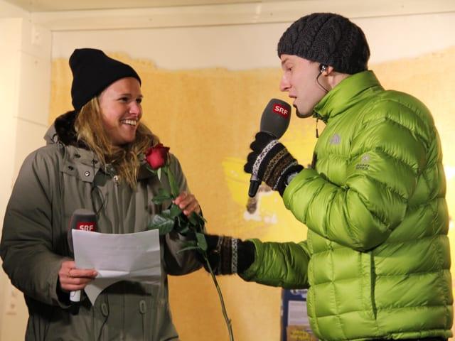 «Vujo» Unteregger überreicht Kathrin Hönegger eine Rose.