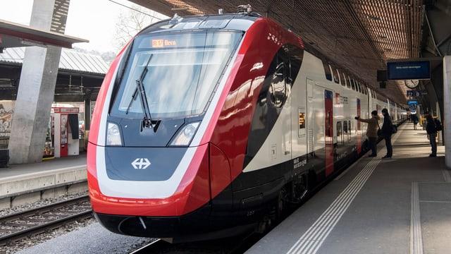 Ein Zug in einem Bahnhof